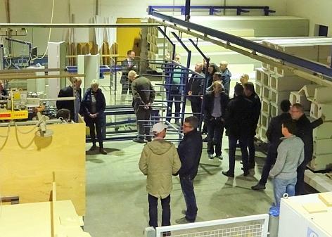 Blick in die Produktion: Der Wirtschaftsstammtisch besuchte den Betrieb Rollladenbau Brunken.